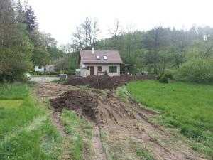 Rozvoz zeminy kolem domu